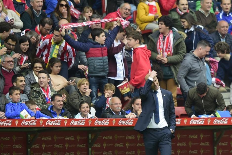 Zinedine Zidane lució preocupado por la actuación de su equipo. (Foto: AFP)