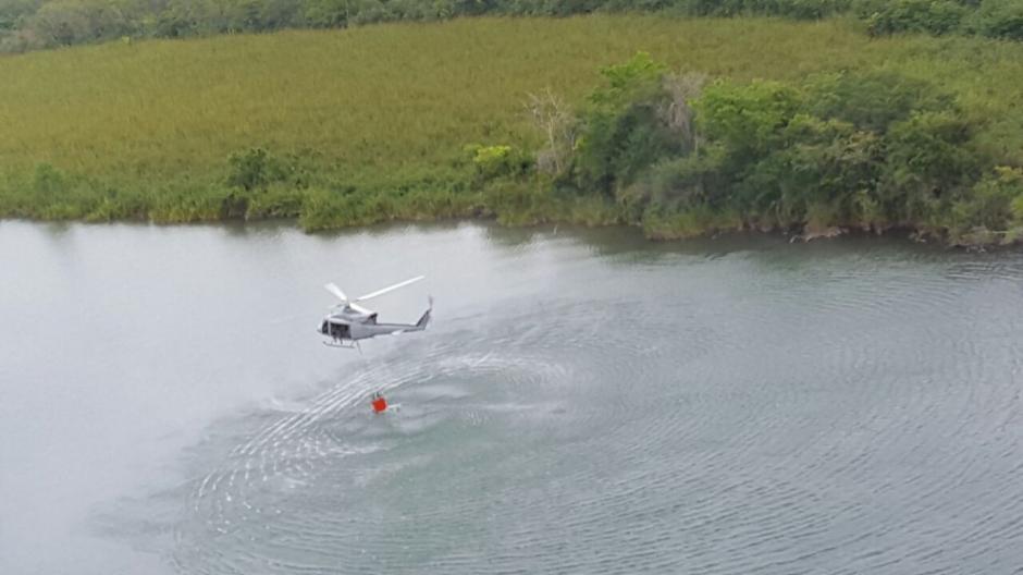 Este helicóptero lo envió en apoyo el gobierno de Honduras y lleva tres días trabajando en la zona. (Foto: Conap)