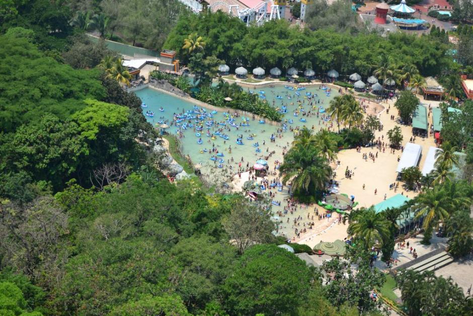 Las piscinas congregan a una gran cantidad de bañistas. (Foto: Jesús Alfonso/Soy502)