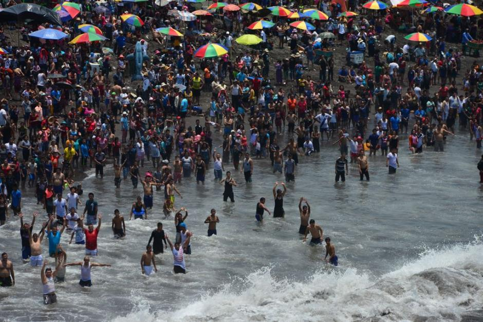 El clima ha favorecido para que las personas disfruten de la arena, el sol y el mar. (Foto: Jesús Alfonso/Soy502)
