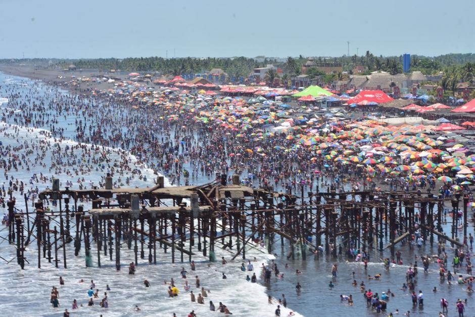 La playa del Puerto San José es una de las más concurridas en esta fecha. (Foto: Jesús Alfonso/Soy502)