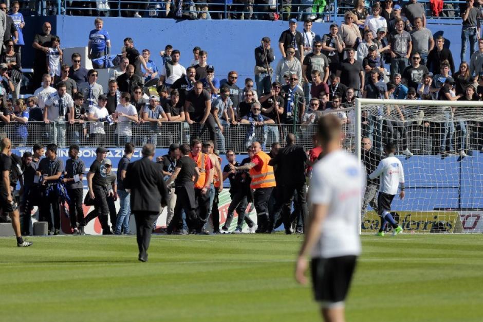 Los elementos de seguridad trataron de calmar a los ultras. (Foto: AFP)