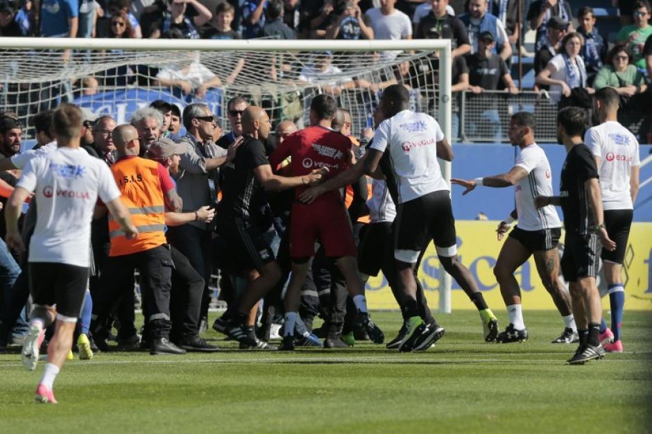 La situación provocó el retraso para iniciar el juego. (Foto: AFP)