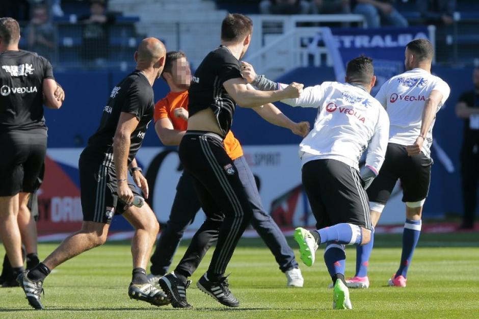 Los jugadores del Lyon tuvieron que irse a los camerinos para evitar la agresión. (Foto: AFP)