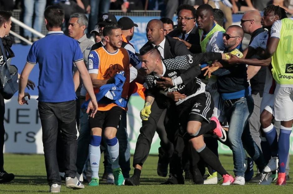 En el entretiempo hubo otro conato de bronca, por lo que se decidió suspender el juego. (Foto: AFP)