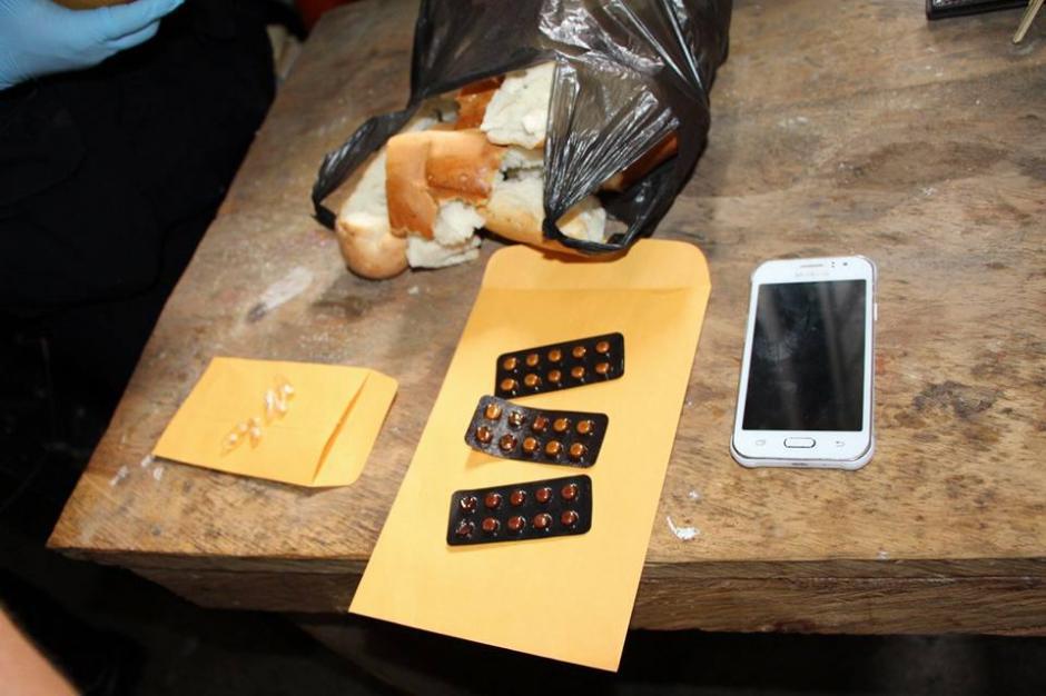 Estos fueron los objetos encontrados dentro del pan. (Foto: PNC)