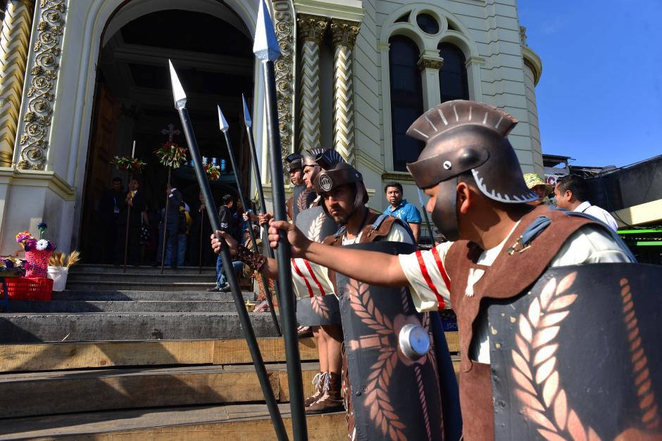 Los romanos abrieron el paso al cortejo procesional. (Foto: Jesús Alfonso/Soy502)