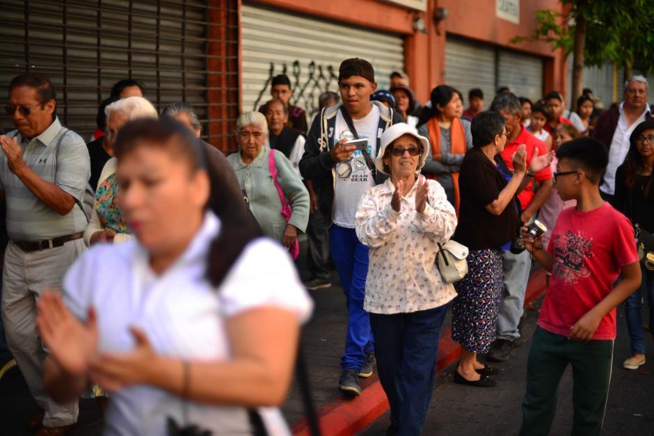 Los feligreses acompañaron el cortejo por el centro de la ciudad. (Foto: Jesús Alfonso/Soy502)