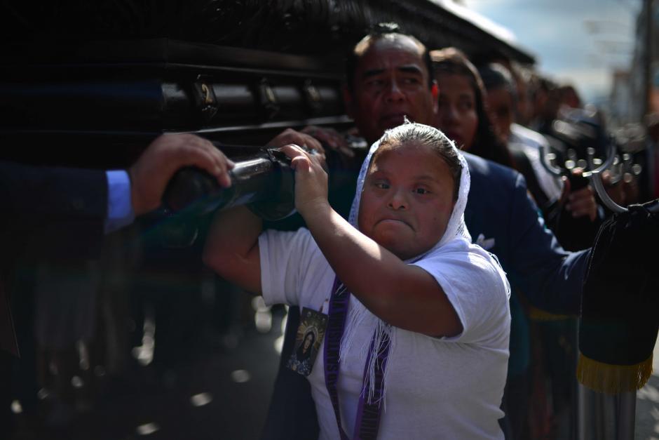 Una cargadora encabeza uno de los turnos del cortejo. (Foto: Jesús Alfonso/Soy502)