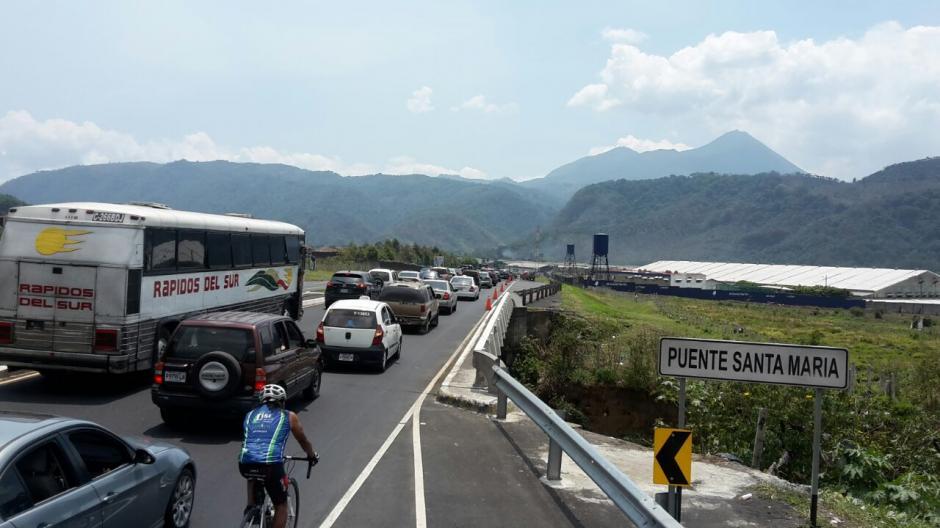 En el kilómetro 39 de la ruta al Pacífico ya hay fuerte carga vehicular. (Foto: Tránsito PNC)