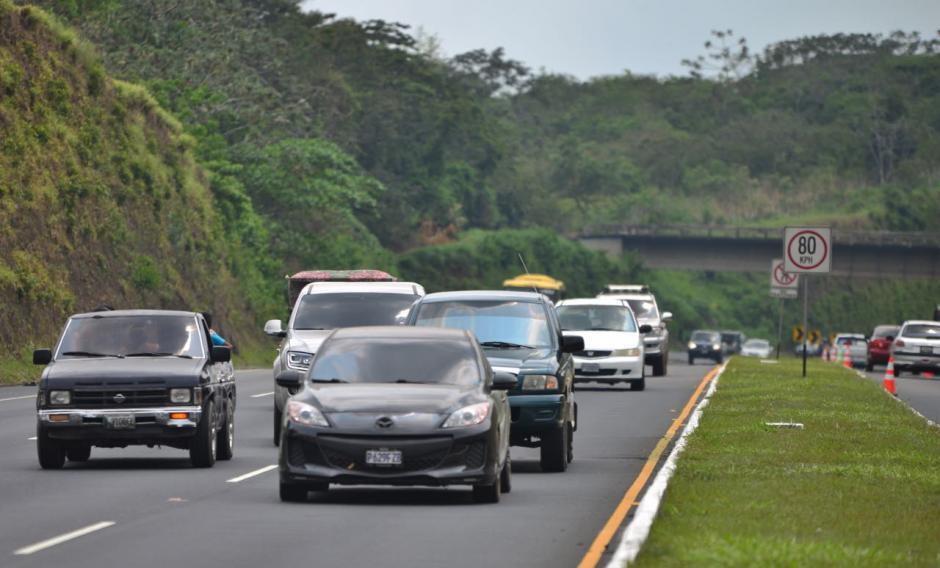 La carretera hacia la capital ya cuenta con gran cantidad de vehículos. (Foto: Jesús Alfonso/Soy502)