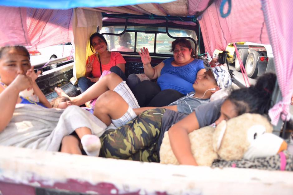 Las familias regresan de los distintos destinos playeros de la Costa Sur. (Foto: Jesús Alfonso/Soy502)