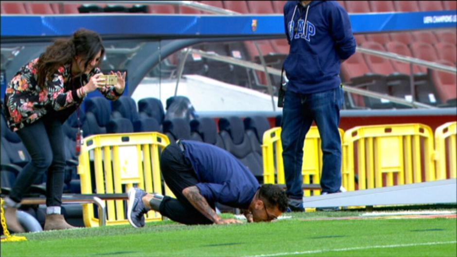 El brasileñó Dani Alves tuvo un gran gesto en el Camp Nou. (Foto: captura de video)