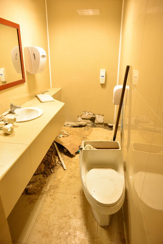 Así se encuentra el baño del área que se remodelará. (Foto: Jesús Alfonso/Soy502)