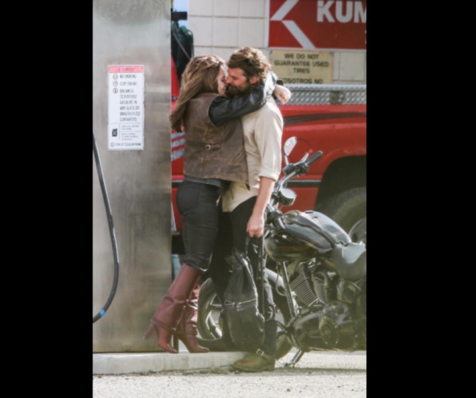El beso se lo dan en una gasolinera de California. (Foto: TMZ)