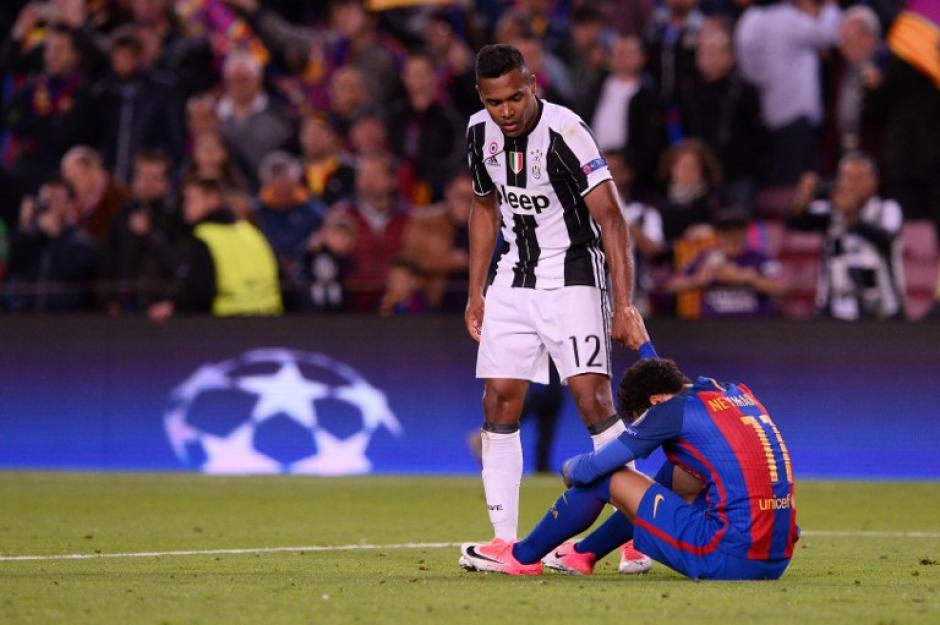 Los rivales se acercaron para consolarlo y levantarlo. (Foto: AFP)