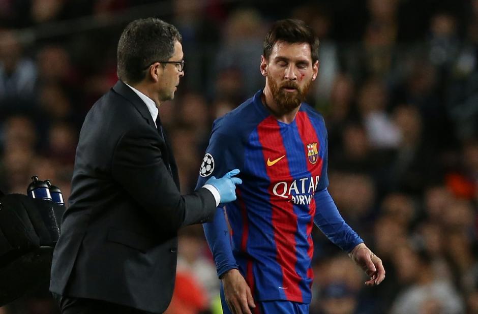 Messi recibió asistencia médica para frenar hemorragia y aliviar el dolor. (Foto: Twitter)