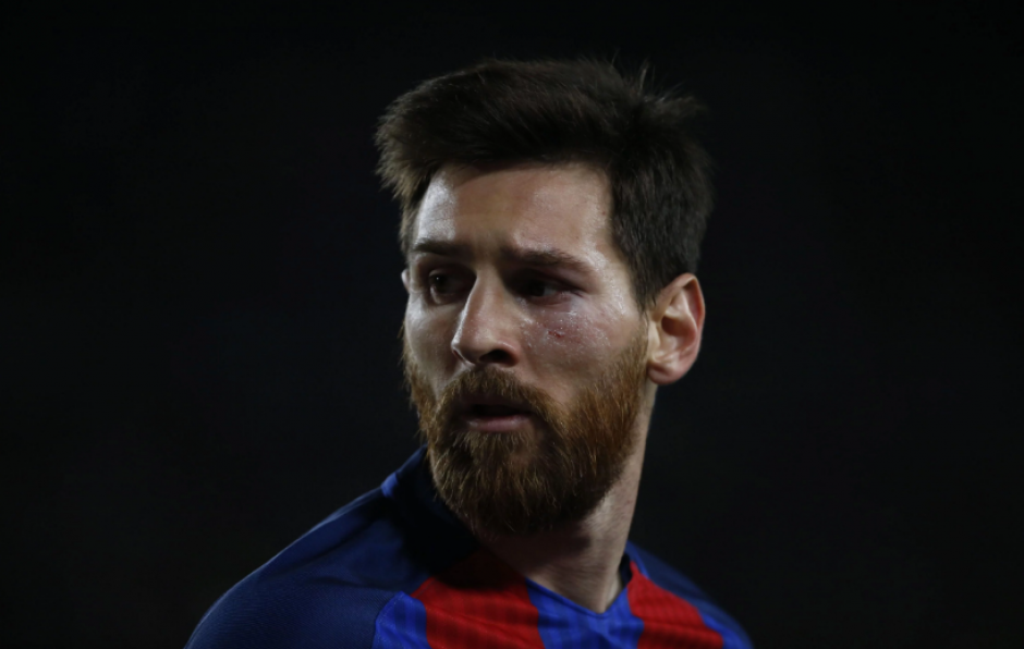 Así terminó el rostro de Messi tras chocar contra el césped. (Foto: Twitter)