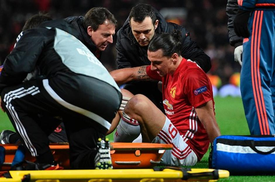 Zlatan Ibrahimovic sufre terrible lesión de rodilla. (Foto: Twitter)