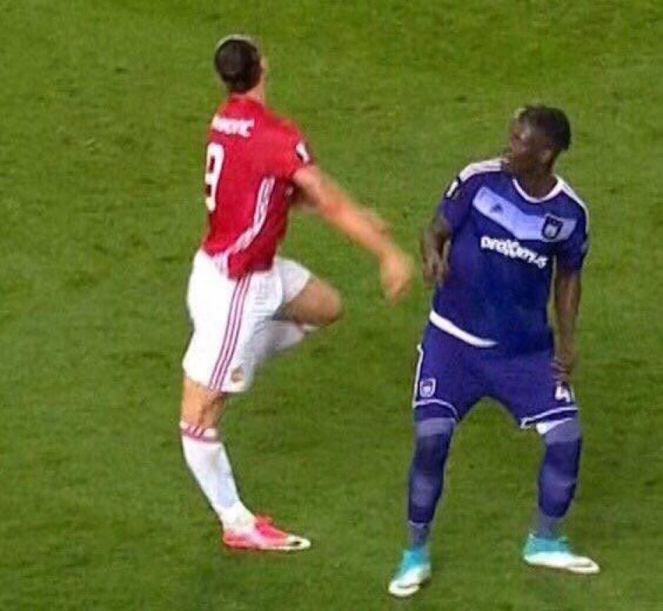 Ibrahimovic saltó y apoyó mal la pierna derecha y su rodilla soportó todo su peso. (Foto: Twitter)