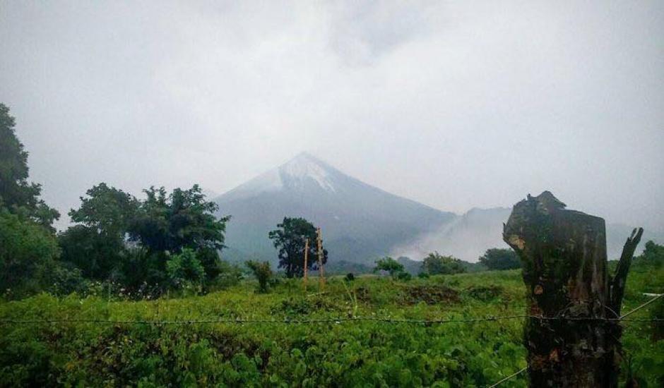 Granizada deja un hermoso paisaje sobre el cráter del volcán de Fuego. (Foto: Insivumeh)