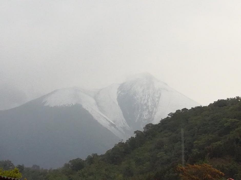 El granizo cubrió con un manto blanco el cráter. (Foto: Insivumeh)