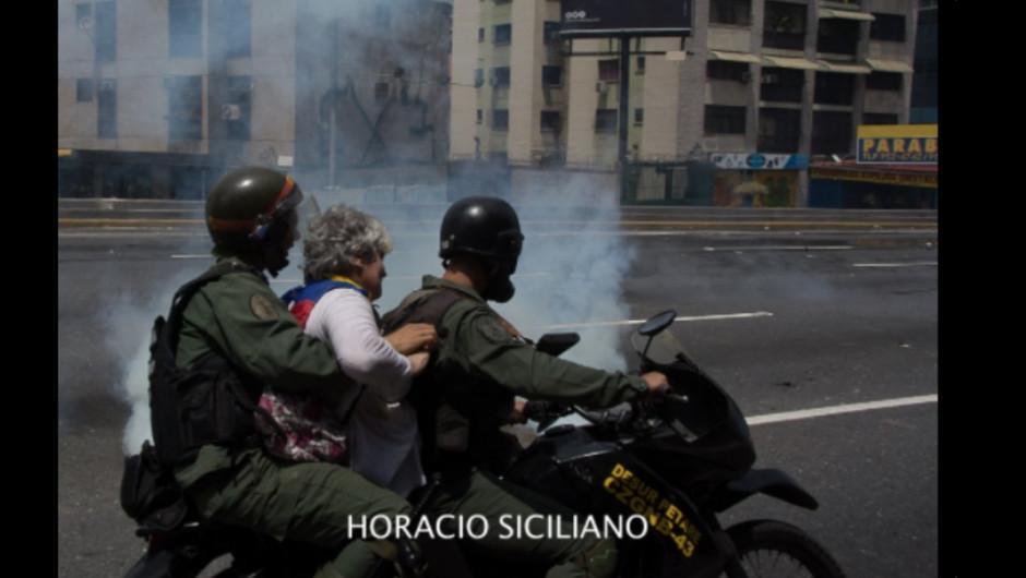 Miembros de la Guardia Nacional Bolivariana se llevaron a la mujer. (Foto: Horacio Siciliano)