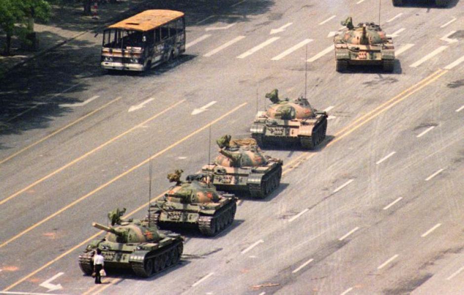"""La imagen en Venezuela hizo recordar la histórica imagen de """"El Rebelde Desconocido"""". (Foto: Jeff Widener)"""
