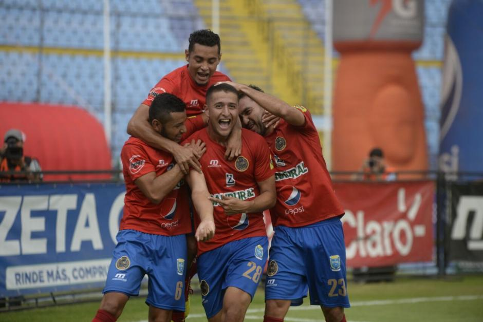 Jeffrey Payeras abrió el marcador para Municipal en el estadio Doroteo Guamuch Flores. (Foto: Wilder López/Soy502)