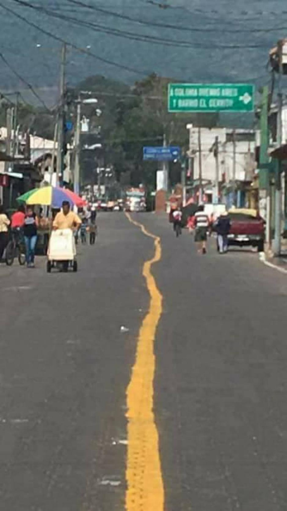 Así luce la línea de señalización en la calle principal de San Miguel Dueñas, Sacatepéquez. (Foto: Malparqueados GT)