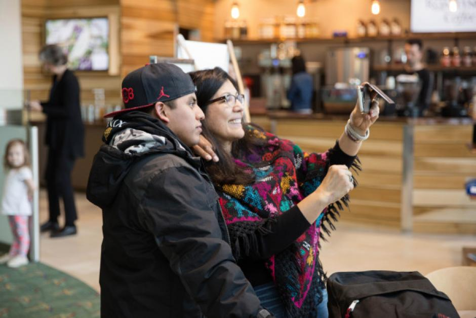 """Marta Guembes, cónsul de Guatemala en Oregon, tomándose una """"selfie"""" con García-Pablo. (Foto: opb.org)"""