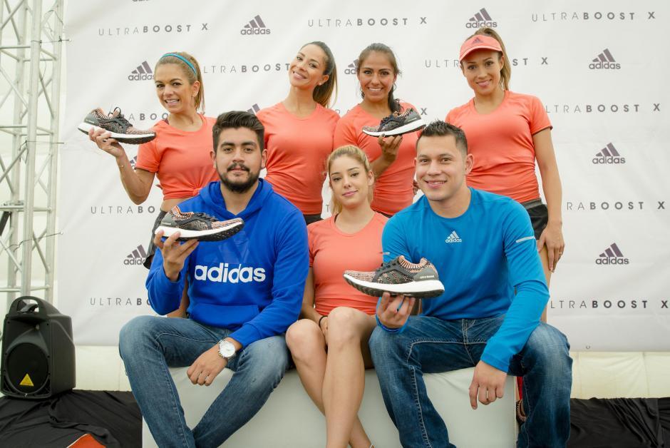 Las runners guatemaltecas de Adidas junto a representantes de la marca. (Foto: George Rojas/Soy502)