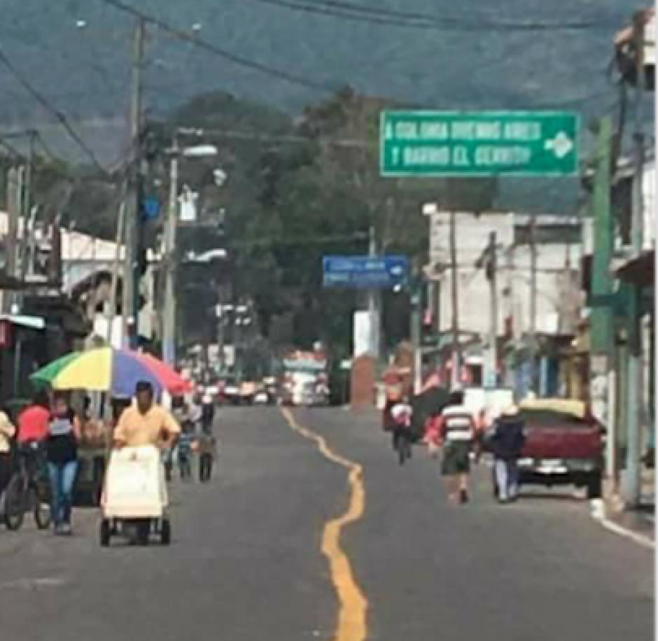 La línea de señalización en San Miguel Dueñas causa diversas reacciones. (Foto: Malparqueados GT)