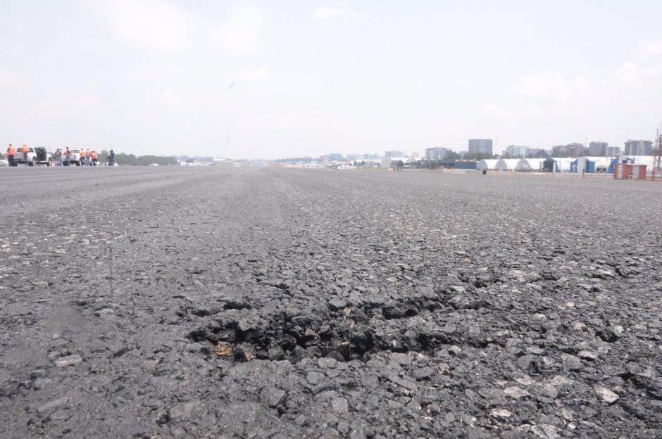 La pista del Aeropuerto Internacional La Aurora no se ha reparado en 15 años. (Foto: Jesús Alfonso/Soy502)
