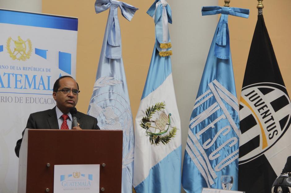 El ministro de Educación, Óscar Hugo López, agradeció el apoyo para los niños. (Foto: Fredy Hernández/Soy502)