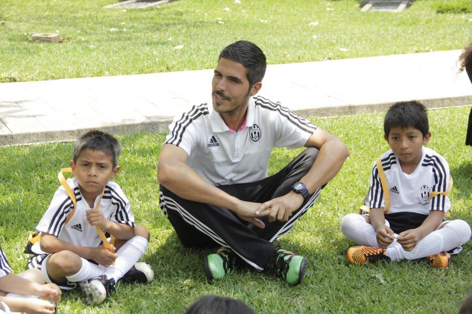 Los entrenadores ya han compartido con los pequeños. (Foto: Fredy Hernández/Soy502)