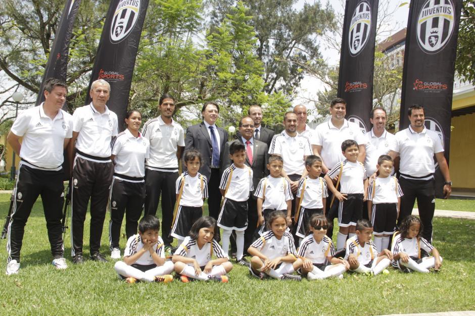 Los pequeños entrenarán por un año en la academia del equipo italiano en Guatemala. (Foto: Fredy Hernández/Soy502)
