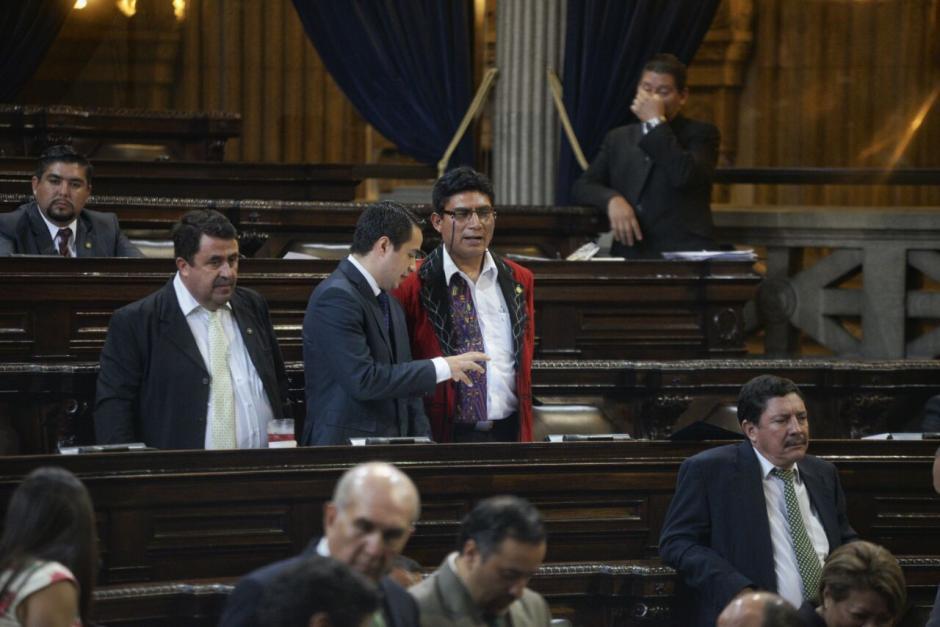 Carlos López Maldonado, hijo de López Girón, fue uno de los primeros diputados que se acercó a hablar con el nuevo legislador. (Foto: Wilder López/Soy502)