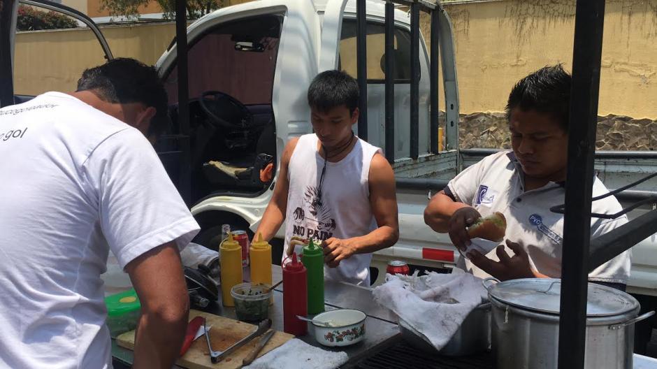 Los comensales se sorprenden cuando ven a Angelo Padilla prepararles sus panes.  (Foto: Luis Barrios/Soy502)