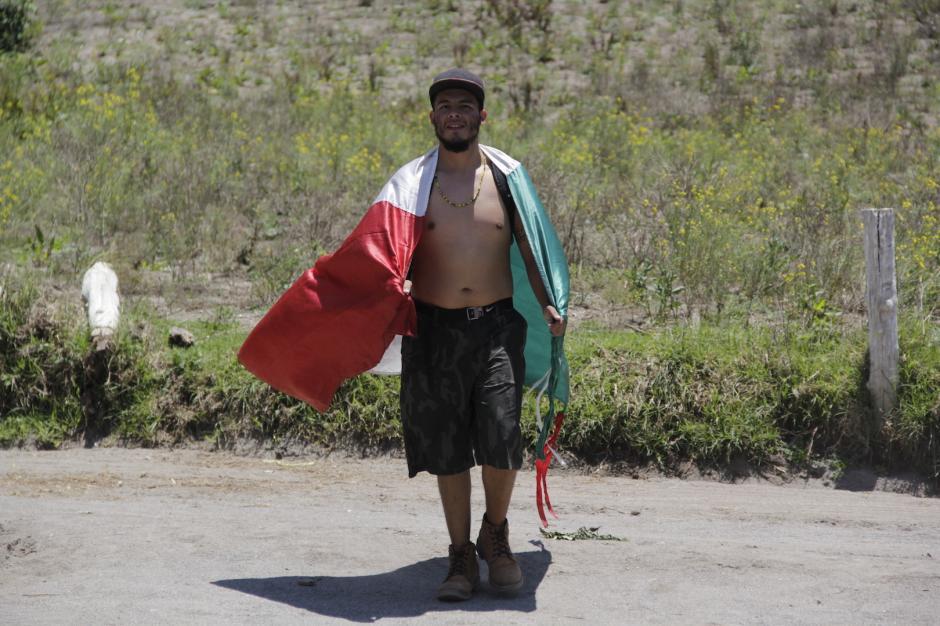 El viajero llegó al volcán Chicabal envuelto en la bandera de su país. (Foto: Fredy Hernández/Soy502)