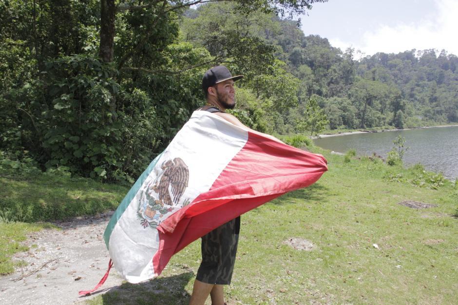 El muchacho pide apoyo para lograr su meta de viajar por la región. (Foto: Fredy Hernández/Soy502)