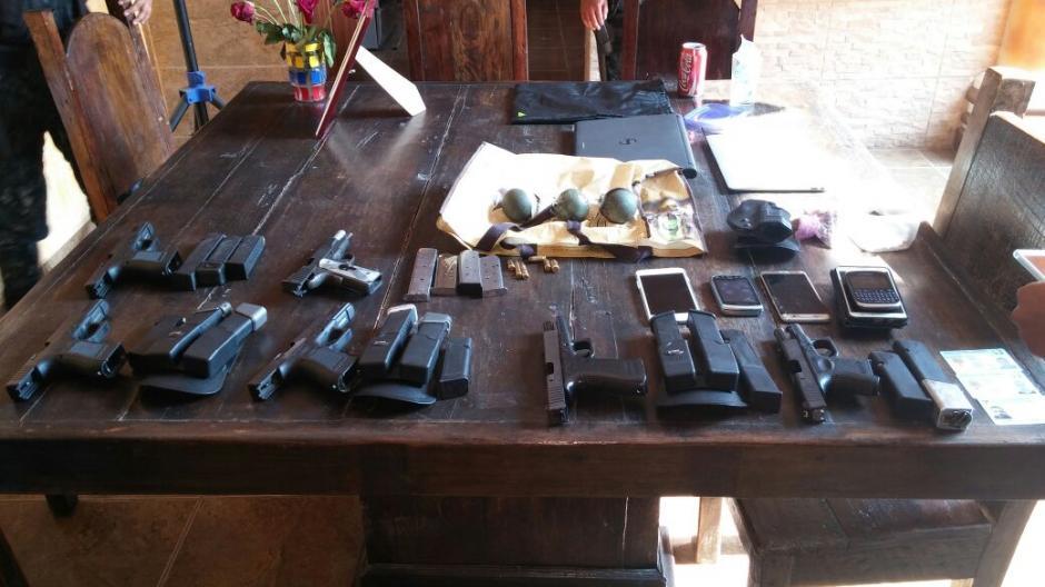 Localizan armas de distintos calibres durante allanamiento en Zacapa. (Foto: Ministerio Público)