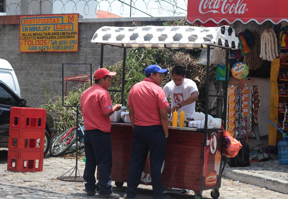 El delantero atiende con amabilidad a sus clientes.  (Foto: Luis Barrios/Soy502)