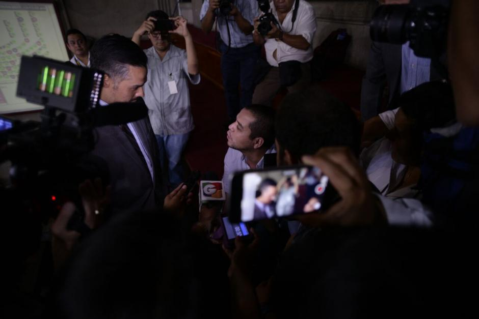 El diputado Luis Hernández Azmitia confrontó a quienes apoyan las reformas. (Foto: Wilder López/Soy502)