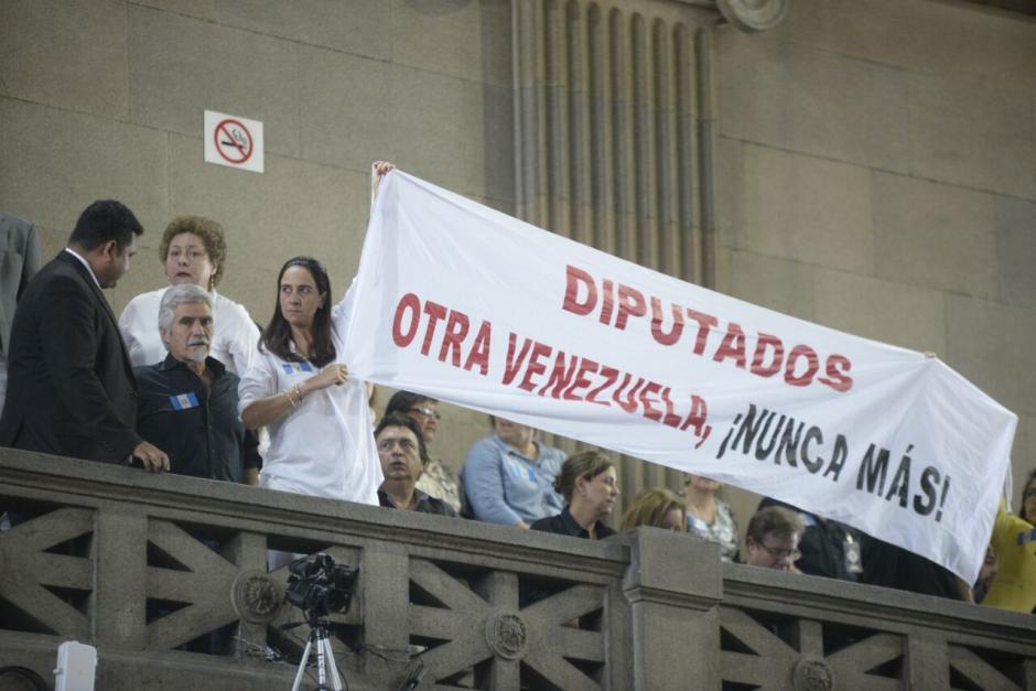Los ciudadanos que manifestaron en contra de las reformas mostraron mantas durante la sesión. (Foto: Wilder López/Soy502)