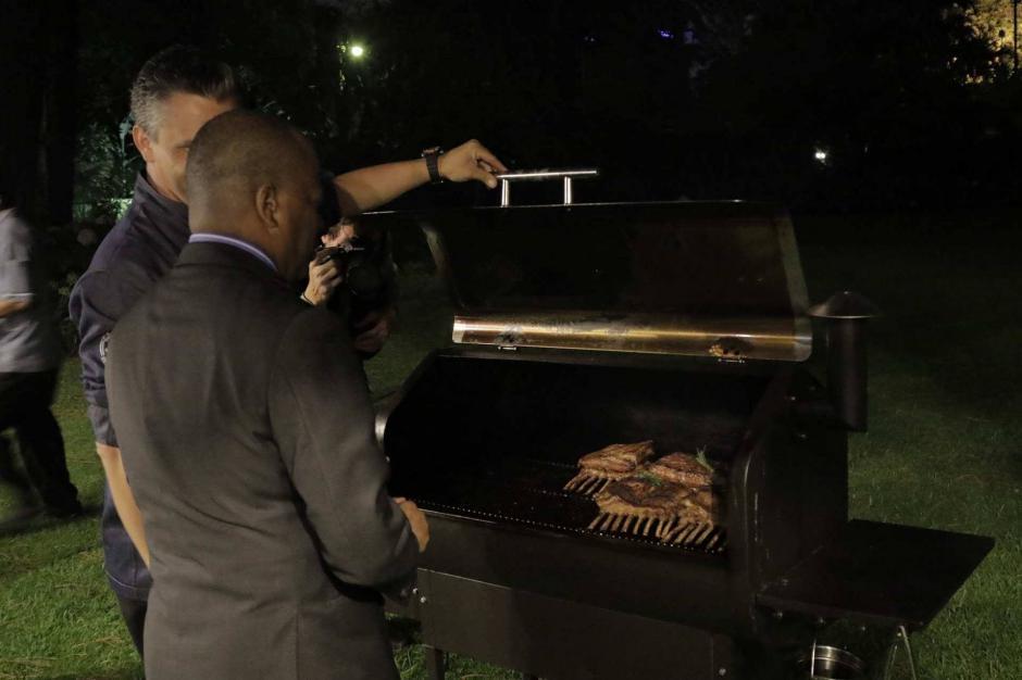 El chef Pablo Lou realizó la cena con la ayuda del equipo de la residencia del embajador. (Foto: Alejandro Balán/Soy502)