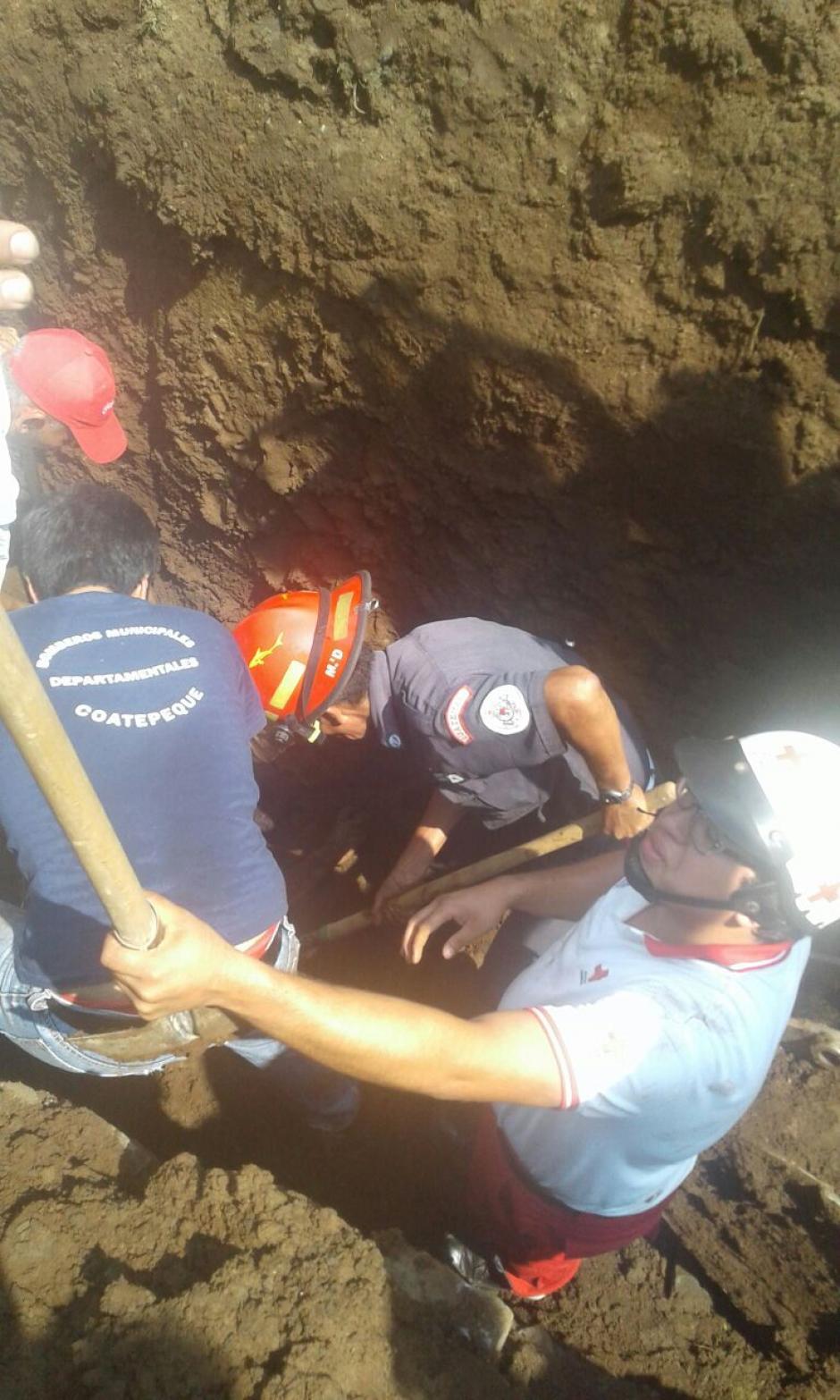 Al menos dos albañiles quedaron soterrados. (Foto: Cruz Roja Guatemalteca)