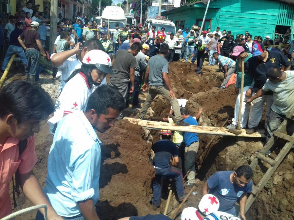 Además de oficiales de Cruz Roja también colaboraron bomberos Municipales Departamentales en las labores de rescate. (Foto: Cruz Roja Guatemalteca)