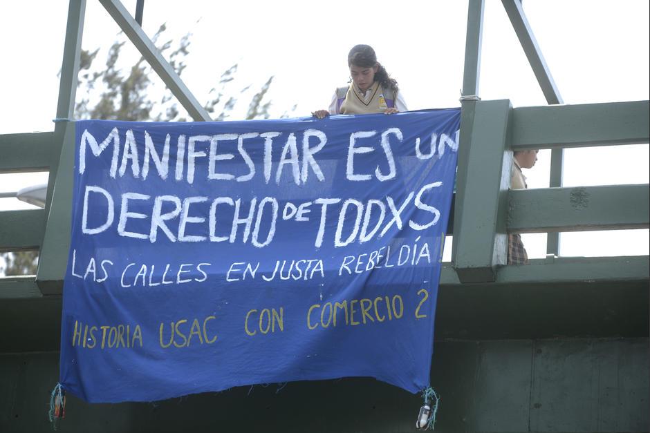 Esta manta fue colocada sobre la pasarela donde manifestaron los estudiantes. (Foto: Wilder López/Soy502)