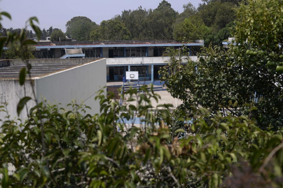 Los alumnos salieron por una puerta lateral (Foto: Wilder López/Soy502)